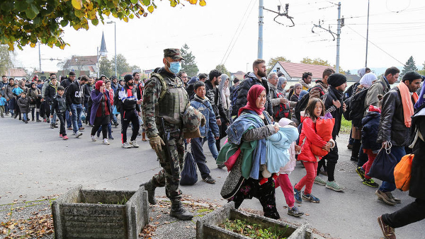 Syrian refugees and migrants, mostly from Afghanistan, Bangladesh, Pakistan, passing through Slovenia on their way to Germany (Photo by Robert Cotič) (CC BY) (Resized/Cropped)