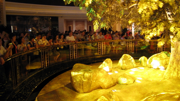 Wynn Macau Tree of Prosperity (Photo by WiNG) (CC BY) (Resized/Cropped)