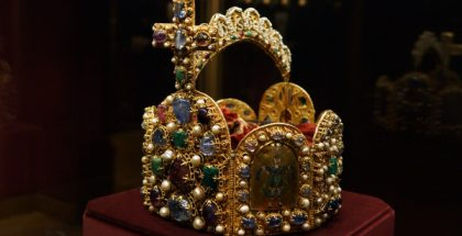 The imperial crown of the Holy Roman Empire, displayed in the Imperial Treasury at the Hofburg, Vienna, Austria  (Photo by Bede735c) (CC BY-SA) (Resized/Cropped)