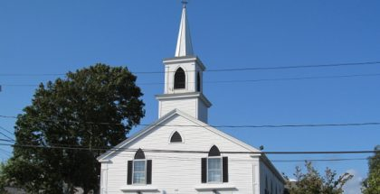 Osterville Baptist Church (Photo by John Phelan) (CC BY-SA) (Resized/Cropped)