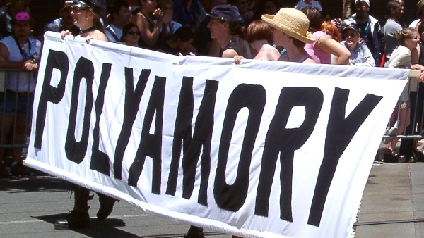 Polyamory contingent at Sand Francisco Pride 2004 (Photo by Pretzelpaws) (CC BY-SA) (Resized/Cropped)