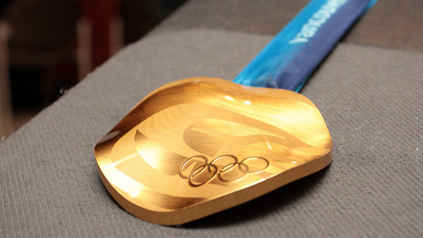 Vancouver 2010 Gold Medal (Photo by Torben Hansen) (CC BY) (Resized/Cropped)