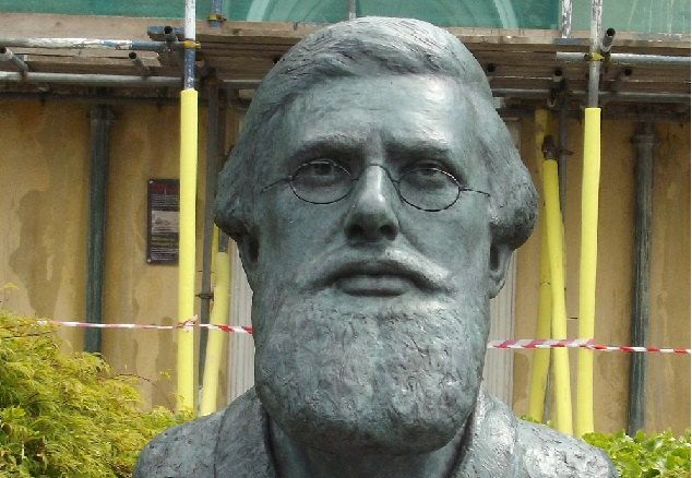 Bust of Alfred Russel Wallace by Elliot Brown on Flickr. CC BY-SA 2.0, Resized/Cropped