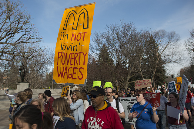 Fast food strike and protest for a $15/hour minimum wage at the University of Minnesota (CC BY 2.0, Resized/Cropped)